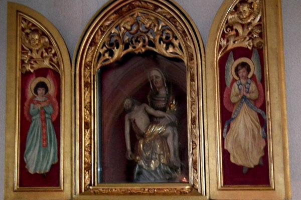 Dudweiler, Kath. Kirche, Pieta, vermutlich im 14. Jhd. von einem lothringischen Bildschnitzer erschaffen.