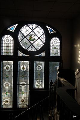 Künstlerisch gestaltete Fenster im Treppenhaus