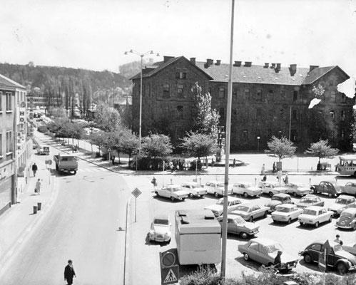 Marktplatz Dudweiler 1970, im Hintergrund die Marktschule
