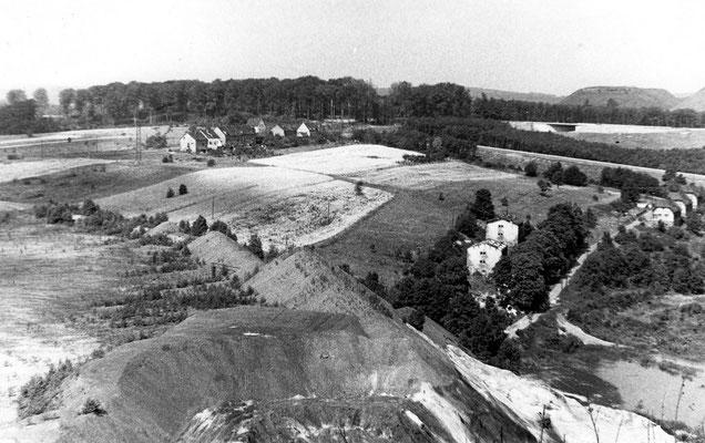 Dudweiler 1965, Blick von der Bergehalde Hirschbach zum Spatzehiwwel und Ostbahn