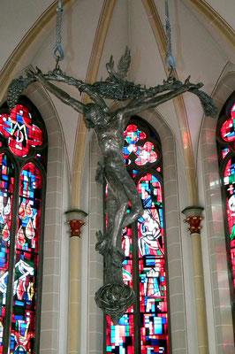 Dudweiler, St. Marien, Das Altarkreuz wurde 1976 von Ernst Alt geschaffen