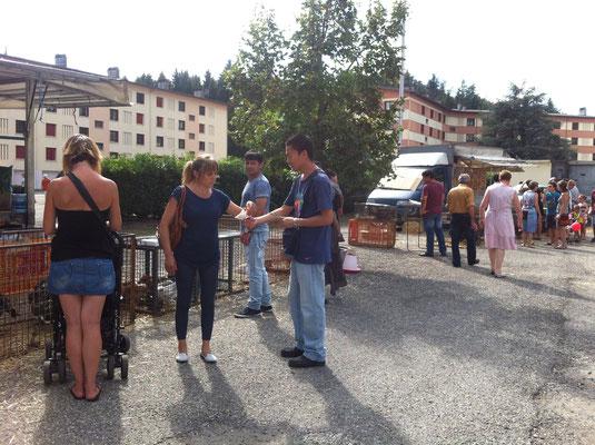 Tractage à Montmélian lors de la Qu'ara Bara: poules, oies et autres entassés en plain soleil