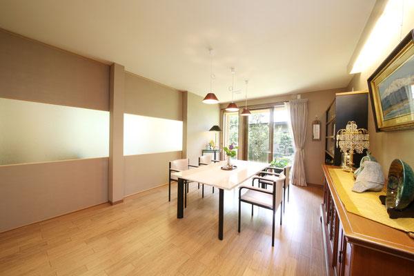客間として使用するお部屋。リビングとの間を大型間仕切りを用いた事で大空間にすることもできます。