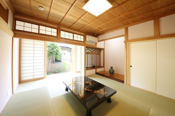 以前は2間続きの和室の8畳間を残し仏間を押入れとしました。壁を塗り替え欄間を再生。