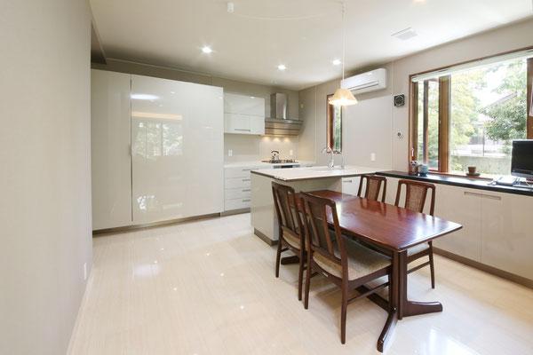 キッチンはEuromobil(ユーロモビル)大型の収納がキッチンをスッキリ見せてくれます。