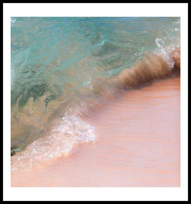 pink beach premium poster - natur motiv - strand - rosa - wasser - welle - wandbild - sommer