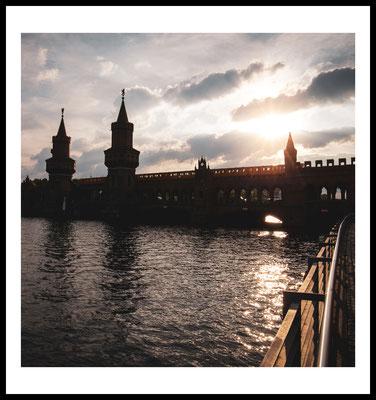 oberbaumbrücke premium poster - spree - berlin fotografie - city - sonne - sonnenuntergang - wolken