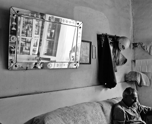 A friend of TOMIS comes to his barbershop in Nikosia (South) to read the newspaper (2014).