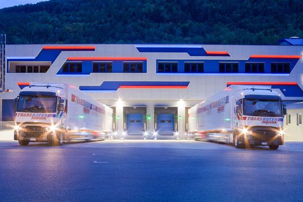 TransBozen Fassade / LKW bei Nacht