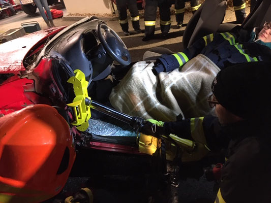 Übung mit hydraulischen Rettungsgeräten