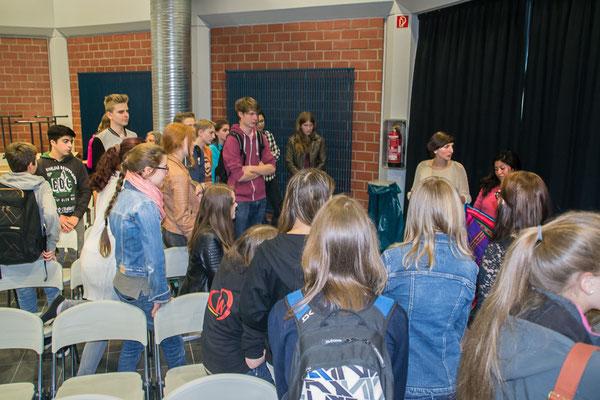Schülerinnen und Schüler im Dialog mit der Theatergruppe. (In der Mitte links, neben der Bolivianerin: die deutsche Begleiterin Martina Beltran, die selbst einen freiwilligen Friedensdienst im Jugendzentrum CHASQUI abgeleistet hat.