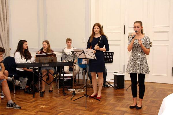 Musikalisches Rahmenprogramm mit Schülerinnen des CvO: Maya Behling (15J.) Klarinette, Laura Witt (15 J.) Klavier & Gesang, Marlene Siewerdingbeck Gesang