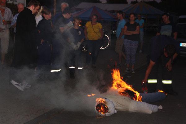 Unter den Augen des hohen Gerichts und der Öffentlichkeit wird der Paias verbrannt
