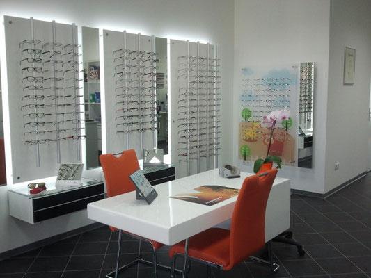 Der helle Geschäftsraum bietet eine große Brillenauswahl, auch an Markenmodellen.
