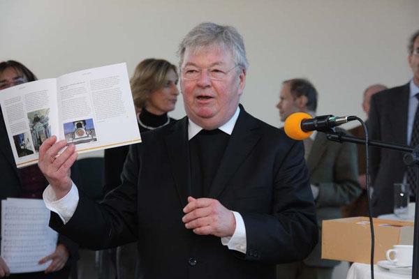 Pastor A. Adelkamp weist auf die Informationsbroschüren über die Kirchen im Seelsorgebereich hin