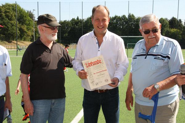 Joachim Stamp (Mitte) mit seinen ehemaligen Trainern Klaus Wächter (li.) und Helmut Bendner (re.). Zu seinen Trainern zählte übrigens auch Peter Altendorf.