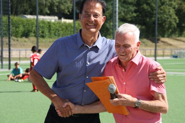 Thomas Wicht (li.) mit Peter Altendorf bei der Verleihung der Ehrenurkunde