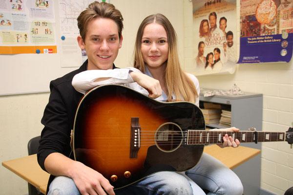Das Duo tingelte durch die Themencafés und die Schulflure - musikalische Unterhaltung garantiert