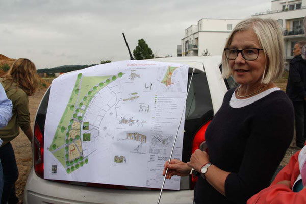 Landschaftsarchitektin U. Steffen-Marquart erläutert die Planungen