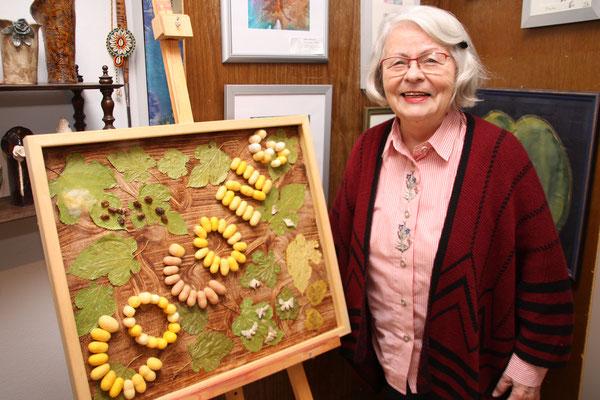 Käthe Wickert hat aus den Faltern, Eiern, Puppen und Kokons der Seidenraupe ein ganz eigenes Kunstwerk geschaffen.