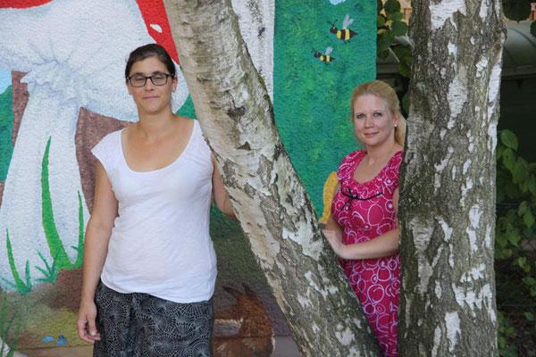 Miriam Menden (li.) und Patrizia Stern (re.) im kindergarteneigenen Waldstück