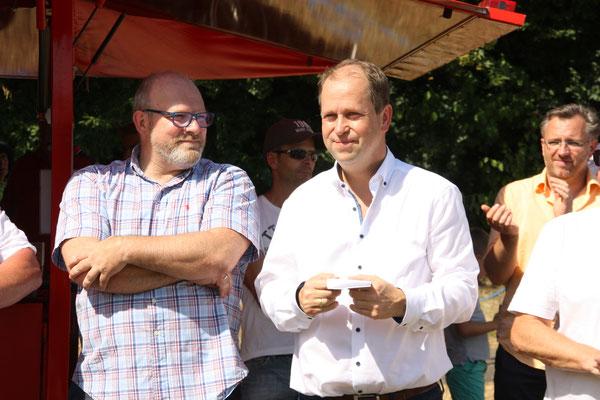 B. Marberg (li.) und Joachim Stamp, Vorstandsmitglieder des Verein Kunstrasen Röttgen
