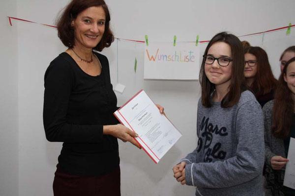 Gudrun Hack überreicht das Zertifikat nach erfolgreicher Teilnahme