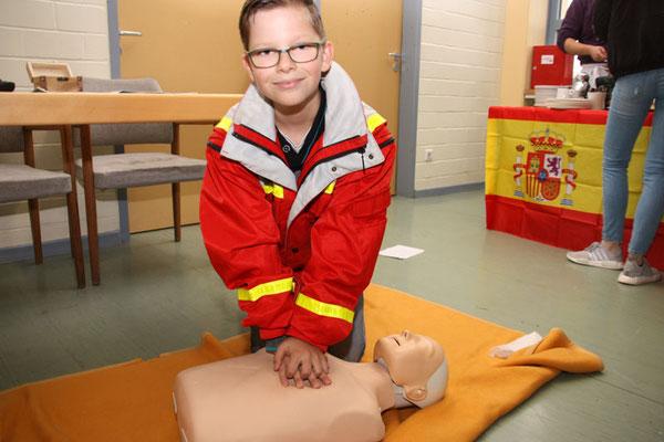 Einer von ca. fünf Schulsanitätern demonstriert sein Können bei einer Herz-Lungen-Beatmung