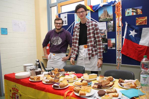 Freundliche (und überqualifizierte) Bäckereifachverkäufer boten eine Vielfalt sebstgebackener Kuchen an