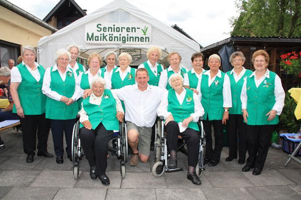 Hahn im Korb ist Frank Edelmann, 1. Vorsitzender des Festausschusses, dessen Mitglieder am Festtag der Königinnen eifrig Kuchen servierten und Würstchen grillten