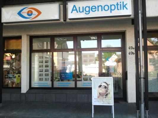 Optics4life in der Ladenzeile auf der Reichsstr. 49a, direkt an der Bushaltestelle