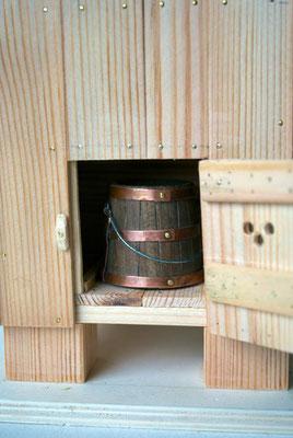 Tonnetje in de houten wc.