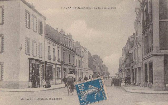 Saint-Nazaire, rue de la paix - personnage à bicyclette et charette