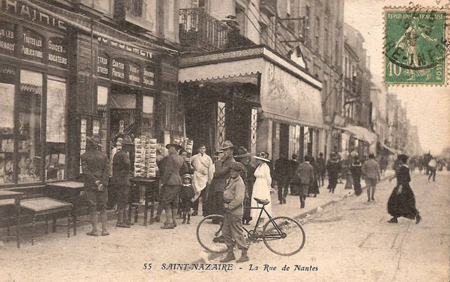 Saint-Nazaire, la rue de Nantes - personnage à bicyclette