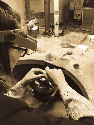 Eine Spezialanfertigung der besonderen Art: Ein handgefertigtes Musikspiel wird mit Juwelen besetzt. Atelier der Goldschmiede OBSESSION Zürich und Wetzikon