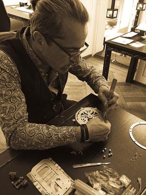 Eine Spezialanfertigung der besonderen Art: Das Werk einer Spieluhr in Handarbeit. Atelier der Goldschmiede OBSESSION Zürich und Wetzikon