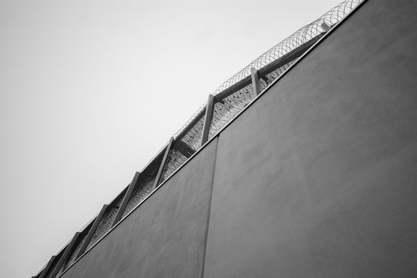 Existenzielle Grenzen – Gefängnismauer