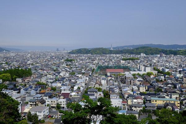 神社裏手の賎機山から市内を望む。