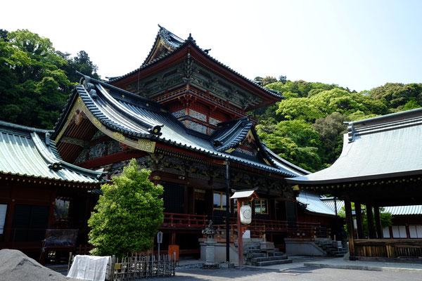 浅間(あさま)神社(左)と神部(かんべ)神社(右)の大拝殿。この奥に本殿がある。一つの建物内に二つの神社の拝殿がある。