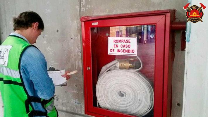Hidrante contra incendio con manguera