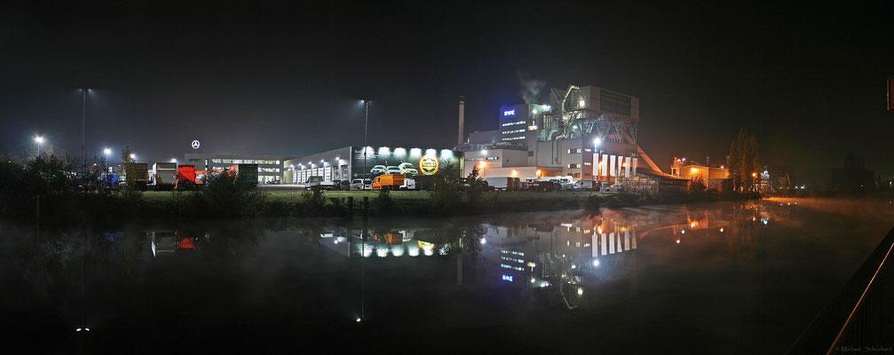 Heizkraftwerk bei Nacht und Nebel