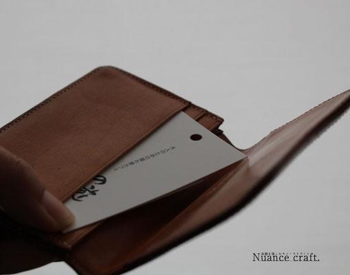 折ると名刺入れ、財布のカード入れ、スマホポケットにも収納可能です