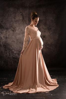Shooting  avec robe de grossesse en satin rose pale - photo artistique - voile volant- studio oise, val d'oise