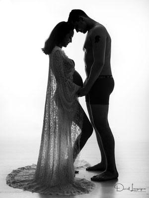 Shooting photo de grossesse originale dans l'oise aux portes du val d'oise, photo artistique noir et blanc,couple face a face robe dentelle