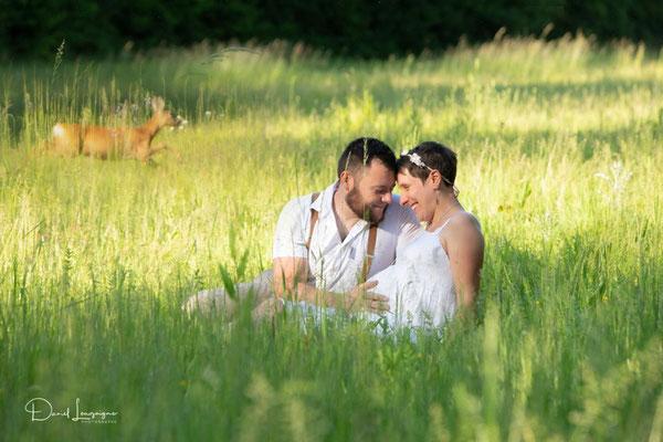 photo grossesse; couple thème champêtre nature dans un champs avec bambi