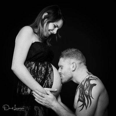 Shooting photo de grossesse originale dans l'oise aux portes du val d'oise, photo artistique noir et blanc, couple bisou sur le ventre debout