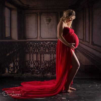 Shooting photo de grossesse originale dans l'oise aux portes du val d'oise, photo artistique- robe grossesse rouge; fond château; fond original