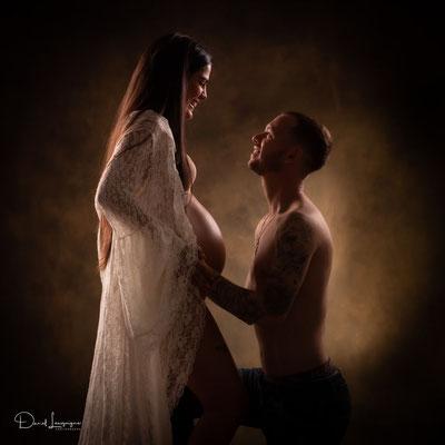 photo de grossesse artistique 3; couple; dentelle blanche jean; studio danimages dans l'oise aux porte du val d'oise