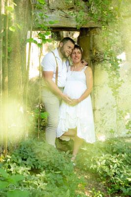 photo grossesse; couple câlin thème champêtre nature