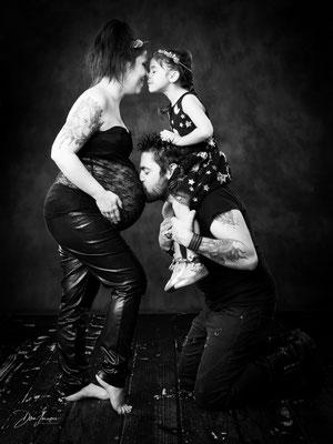 séance photo grossesse famille 3; studio danimages; situé dans l'oise aux portes du Val d'Oise; body noir dentelle et cuir